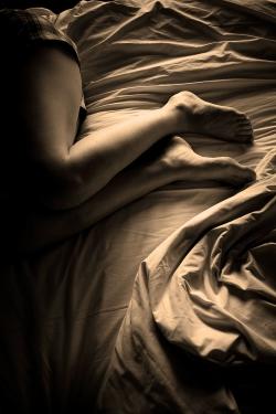 Sexy Beine & Frau im Bett