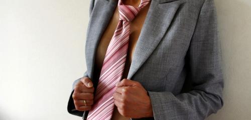 Business Frau mit Krawatte