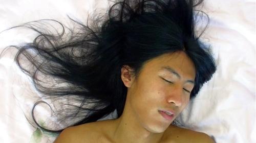 Asiatin hat Orgasmus mit schwarzen Haaren