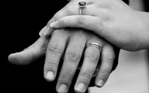 Hochzeitsring mit Frauenhand & Männerhand