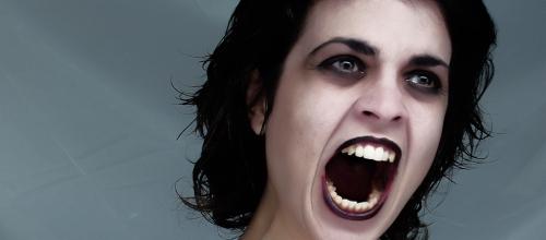 Eine Vampirfrau schreit