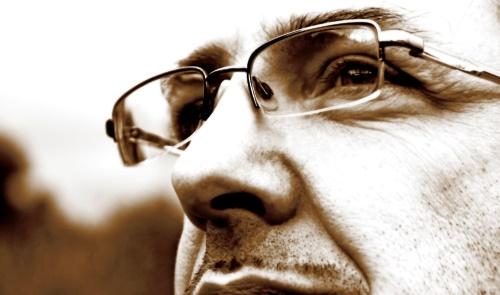 Mann mit Brille / Nachdenklich